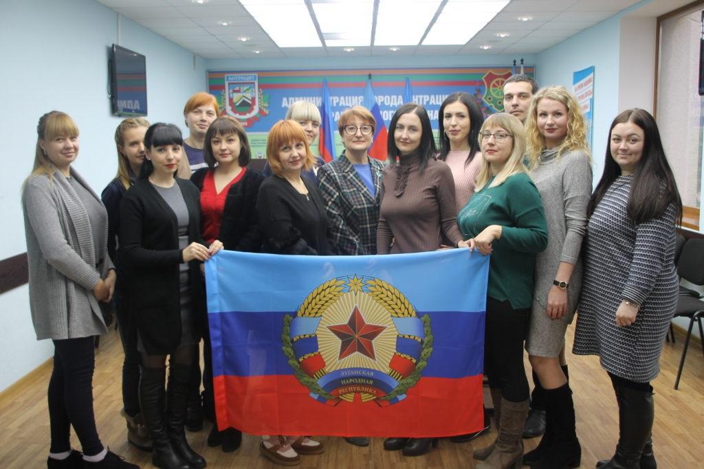 Круглый стол, посвященный Дню Государственно флага ЛНР, провели в Антраците 5