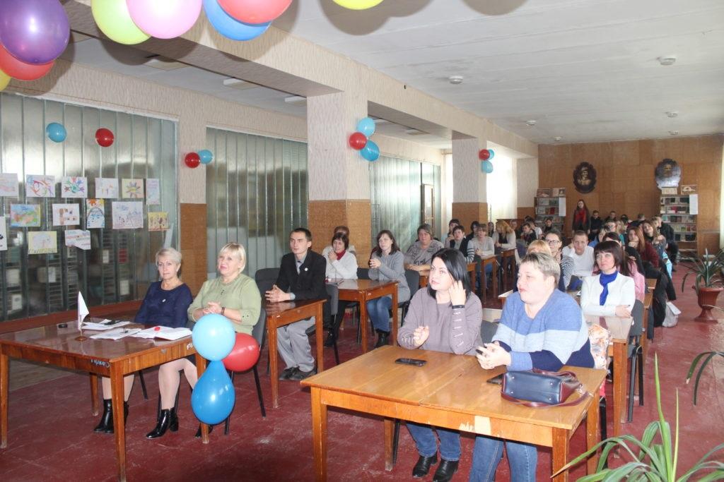 Студенты и активисты Славяносербска поздравили педагогический и студенческий коллектив учебного заведения с наступающим Днем народного единства 3