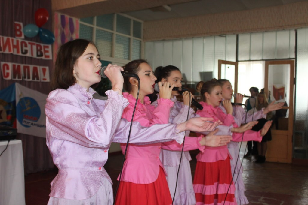 Студенты и активисты Славяносербска поздравили педагогический и студенческий коллектив учебного заведения с наступающим Днем народного единства 4