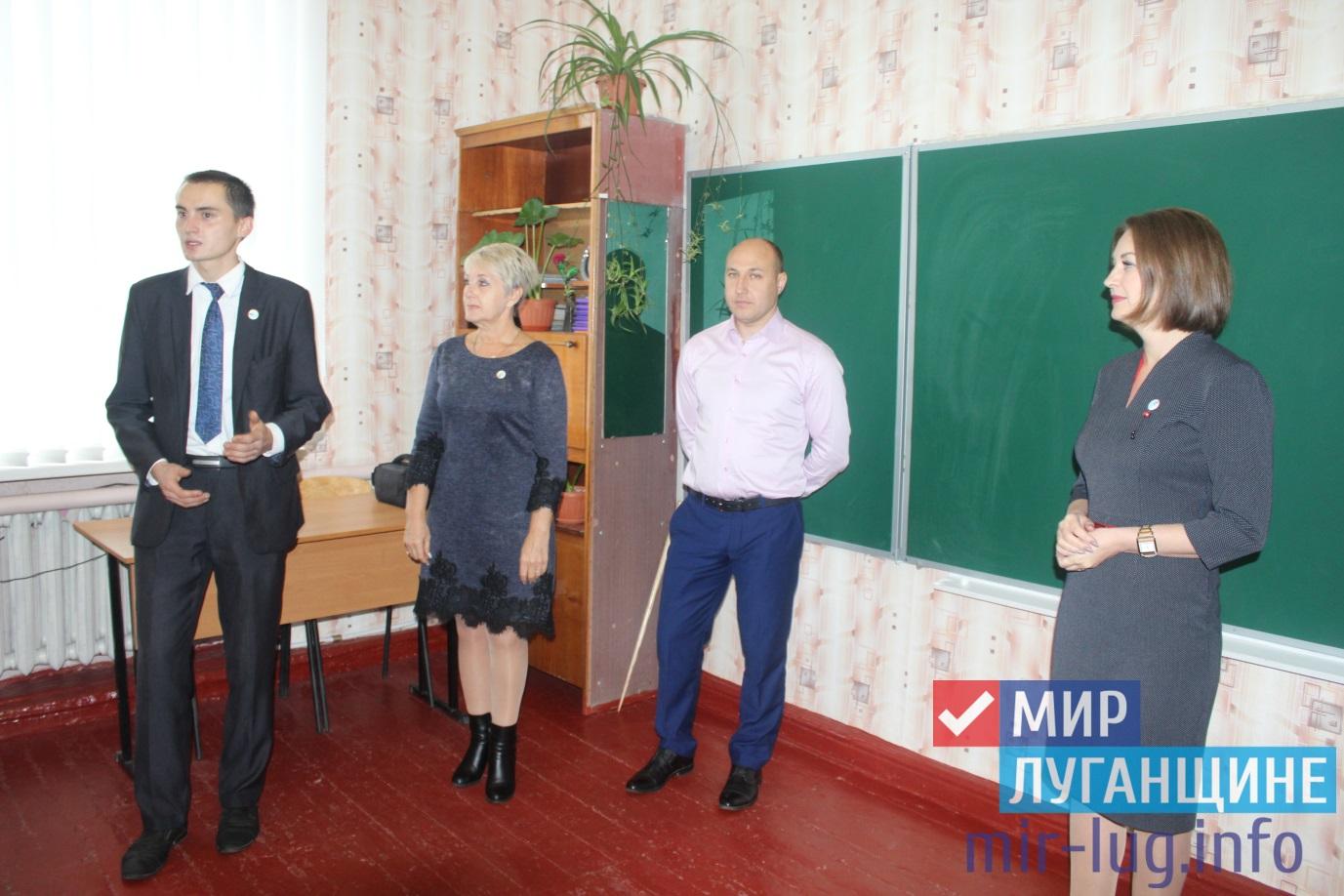 Активисты «Мир Луганщине» передали школе поселка Лозовский школьную доску 1