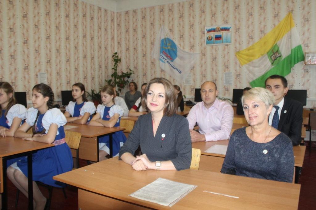 Активисты «Мир Луганщине» передали школе поселка Лозовский школьную доску 3