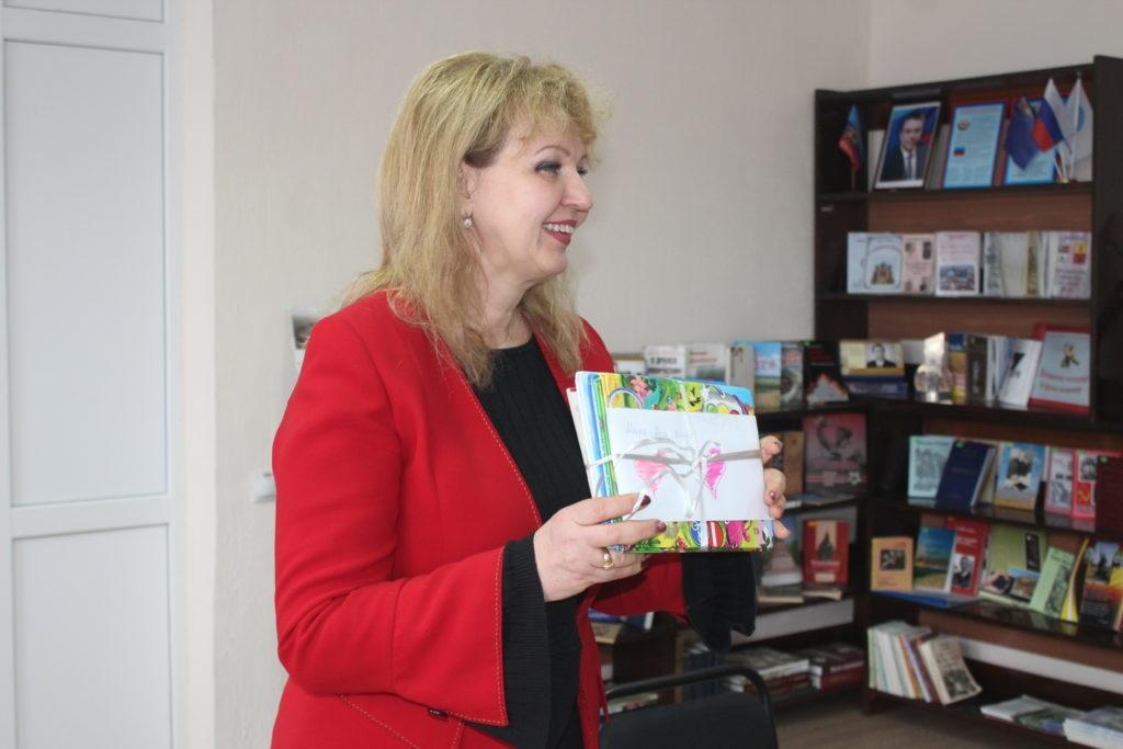 Депутаты Народного Совета ЛНР Ирина Андрух и Анна Мосина передали книги в Славяносербскую библиотеку 3