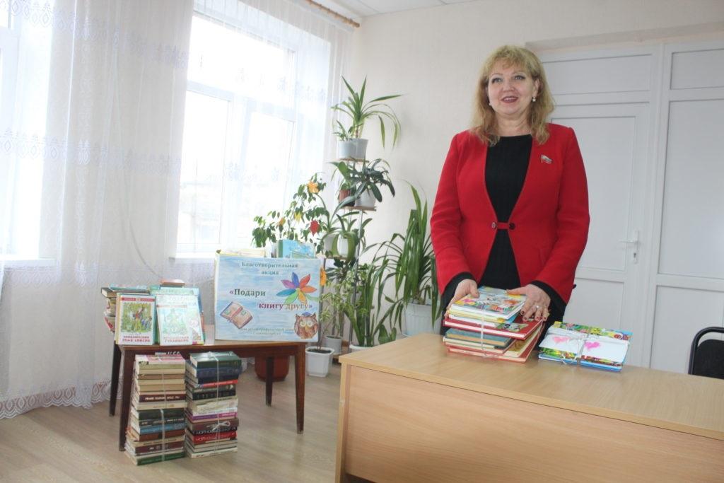 Депутаты Народного Совета ЛНР Ирина Андрух и Анна Мосина передали книги в Славяносербскую библиотеку 4