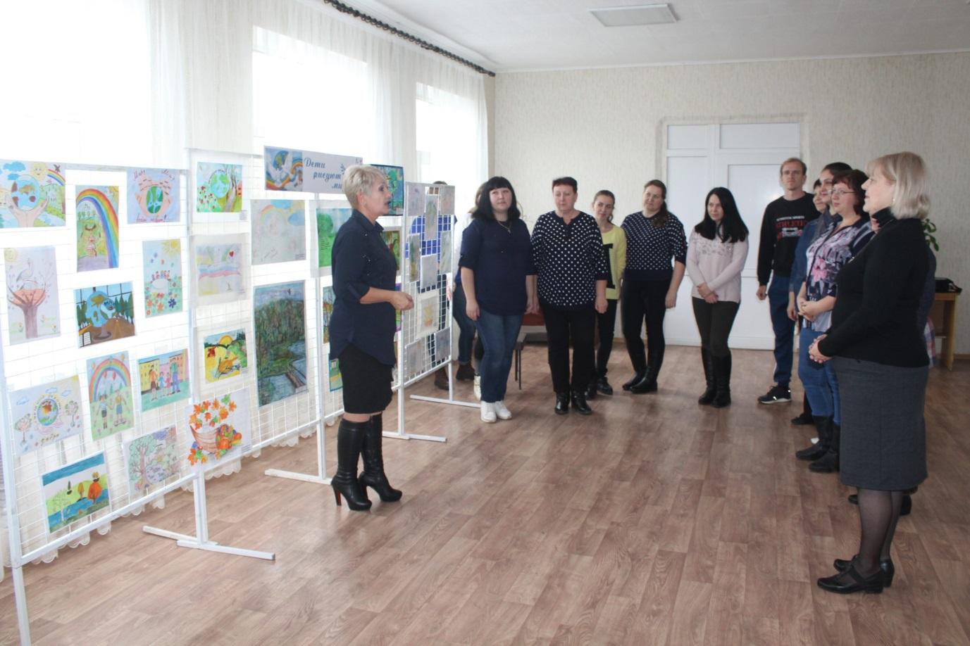 В Славяносербске открыли выставку детских рисунков «Дети рисуют мир» 1