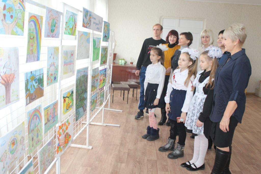 В Славяносербске открыли выставку детских рисунков «Дети рисуют мир» 3
