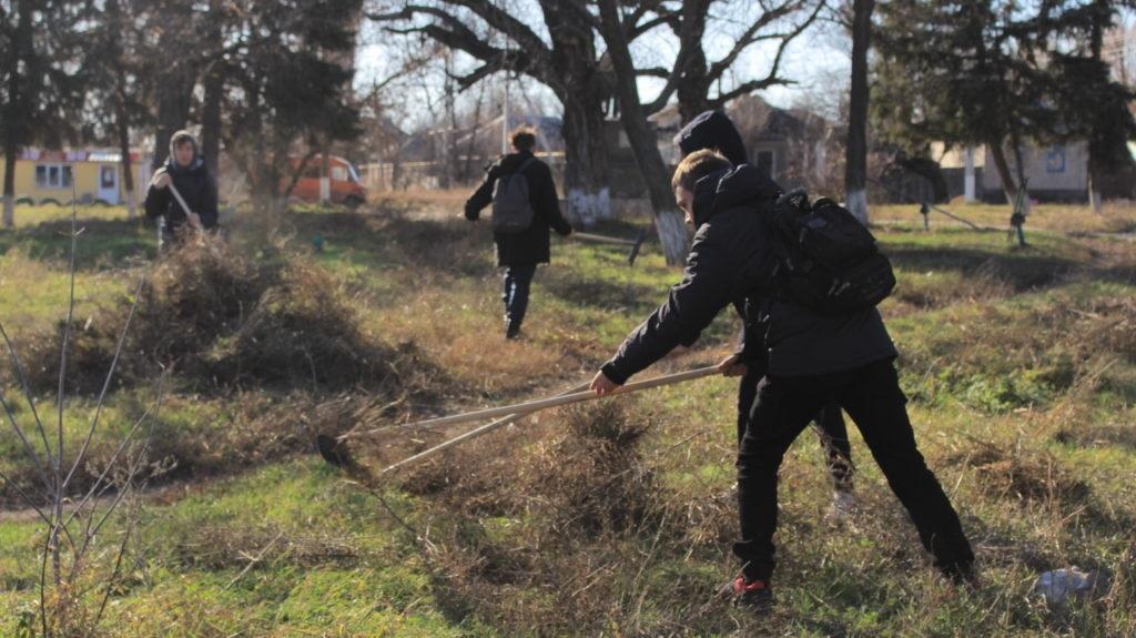 Активисты Общественного движения «Мир Луганщине» провели субботник в одном из луганских скверов 8