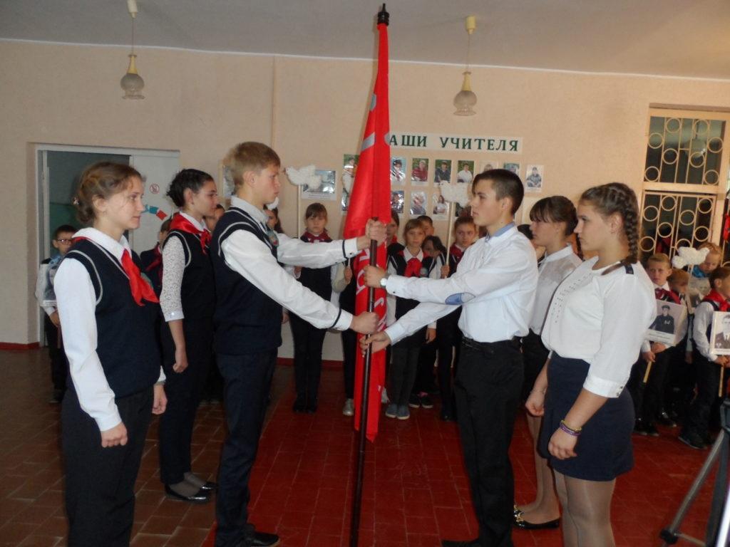 В поселке Орджоникидзе Краснодонского района прошла торжественная церемония передачи копии Знамени Победы 3