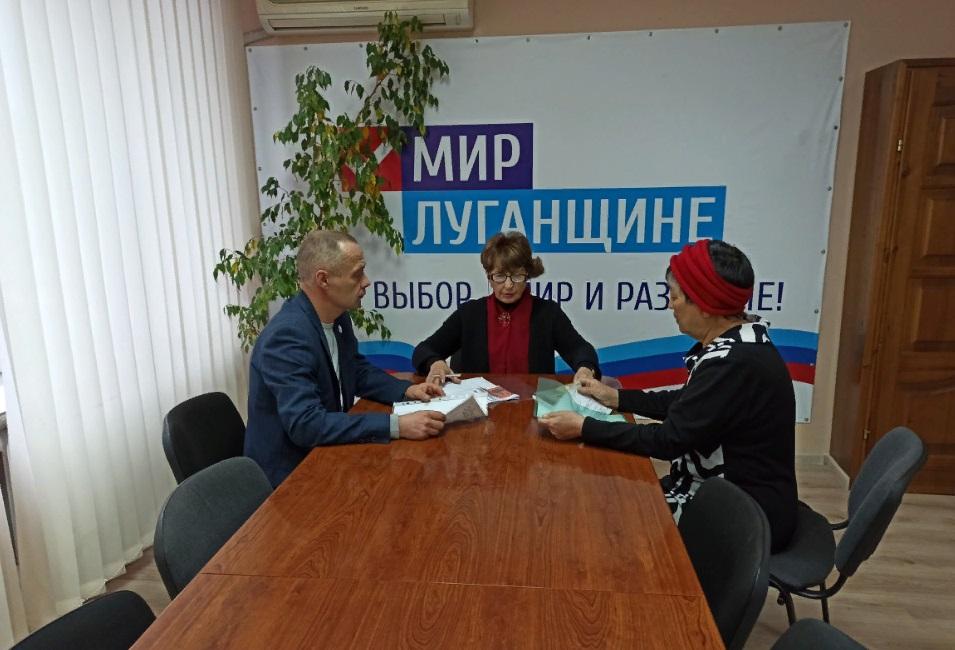 Депутат Народного Совета ЛНР Нелли Задирака встретилась с жителями в Лутугино 1