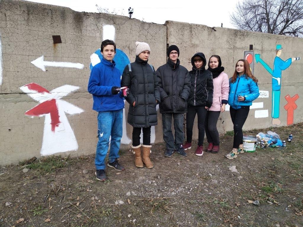 Активисты Перевальска раскрасили стену правилами дорожного движения 4