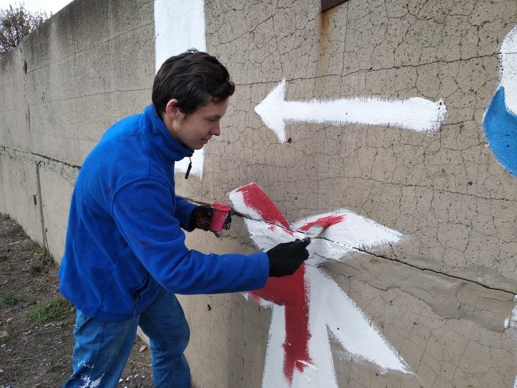 Активисты Перевальска раскрасили стену правилами дорожного движения 5