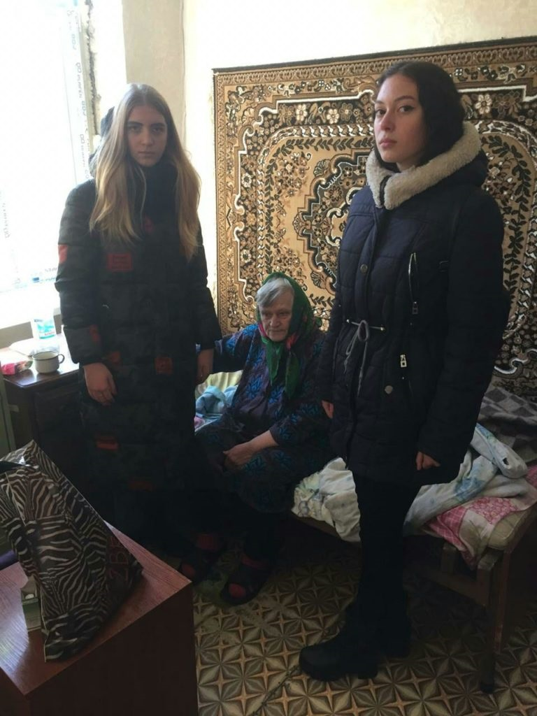 Активисты Красного Луча посетили пожилых мам в территориальном центре социального обслуживания населения 2