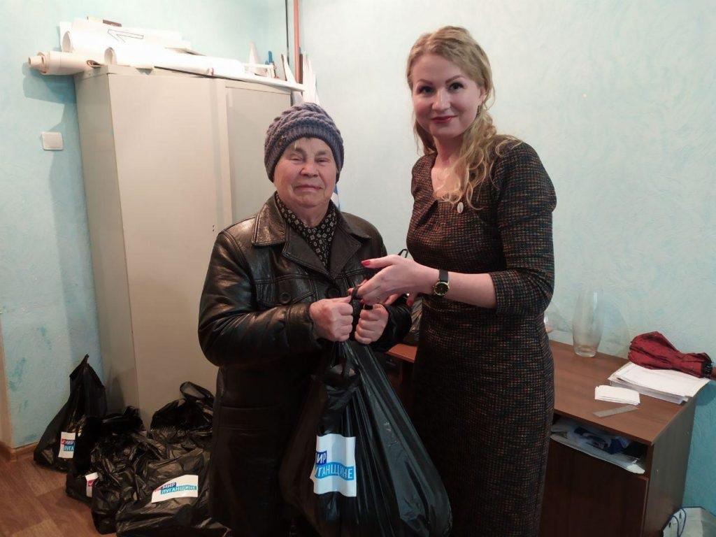 Жители Антрацита получили гуманитарную помощь от проекта «Волонтер» 1