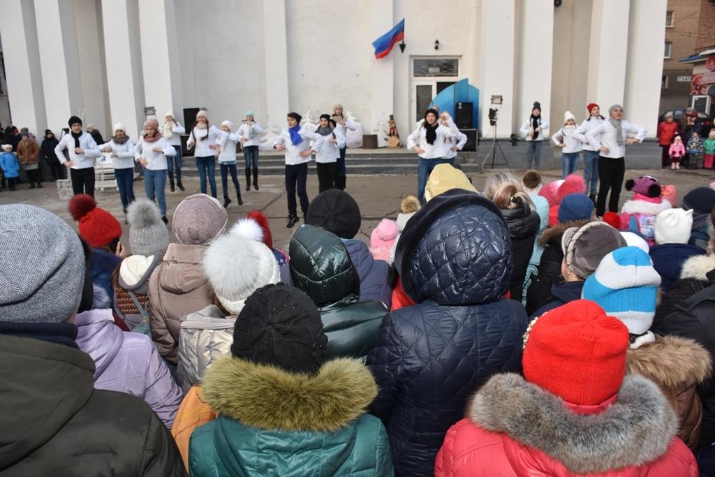 В Красном Луче состоялось представление в честь открытия главной городской елки 1