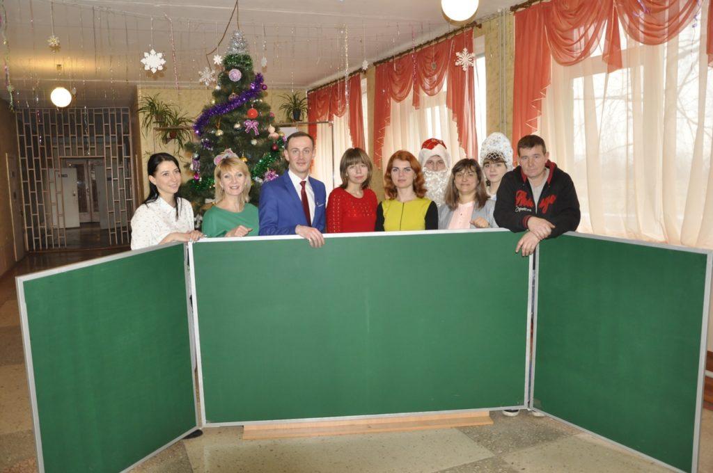 В селе Червоный Прапор Перевальского района состоялось вручение канцелярских наборов детям 2