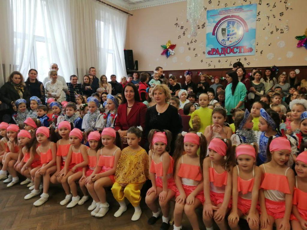 Депутат Жанна Марфина посетила новогодний утренник во Дворце творчества «Радость» в Луганске 1