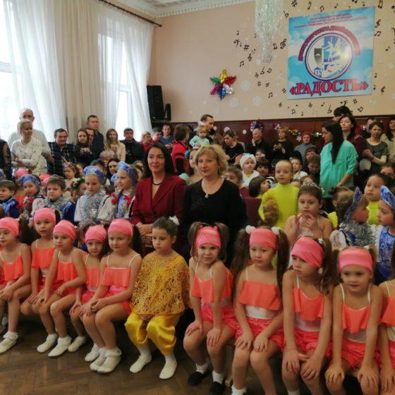 Депутат Жанна Марфина посетила новогодний утренник во Дворце творчества «Радость» в Луганске