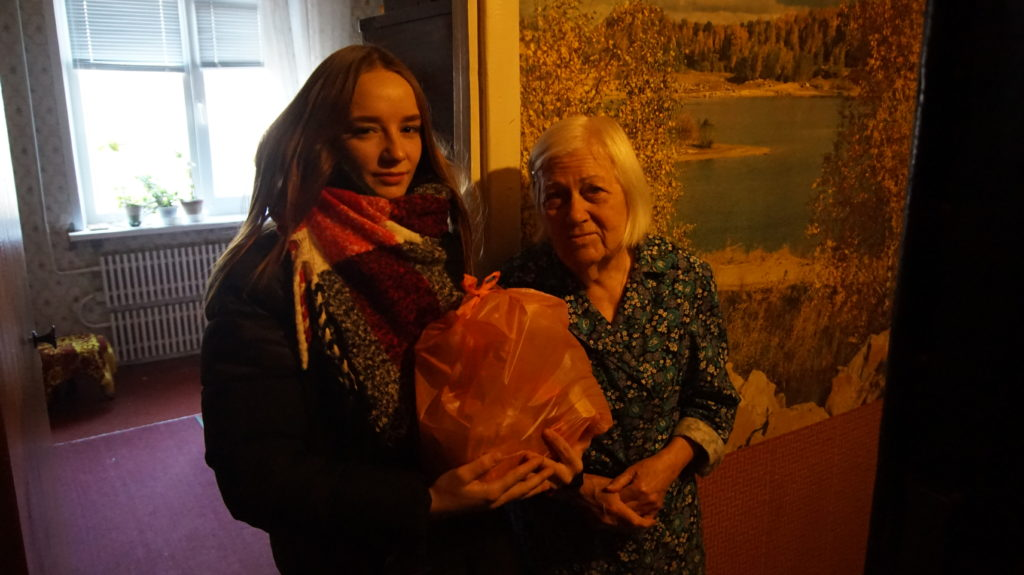Активисты проекта «Волонтер» передали жителям Луганска продуктовые наборы 2