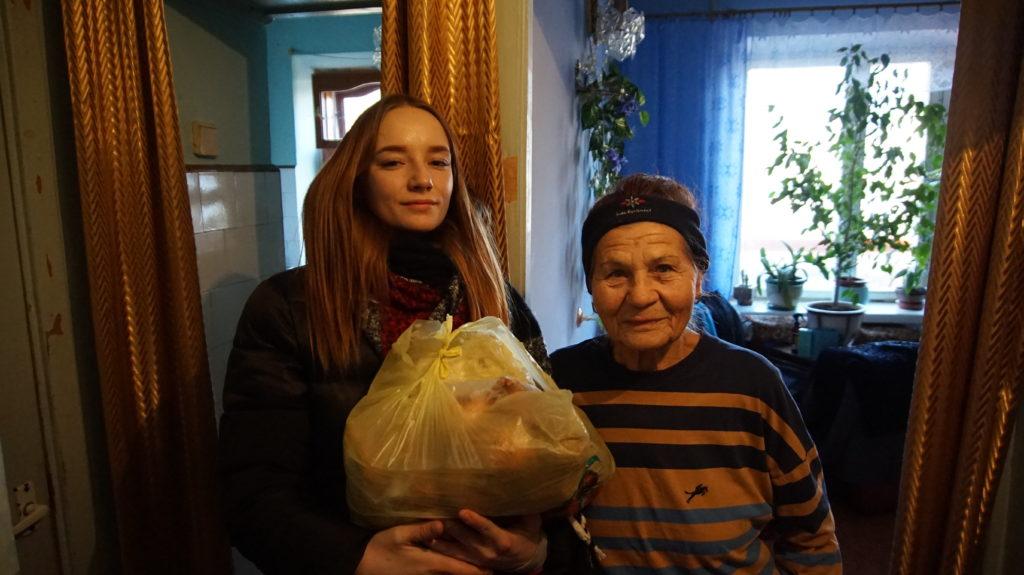 Активисты проекта «Волонтер» передали жителям Луганска продуктовые наборы 5