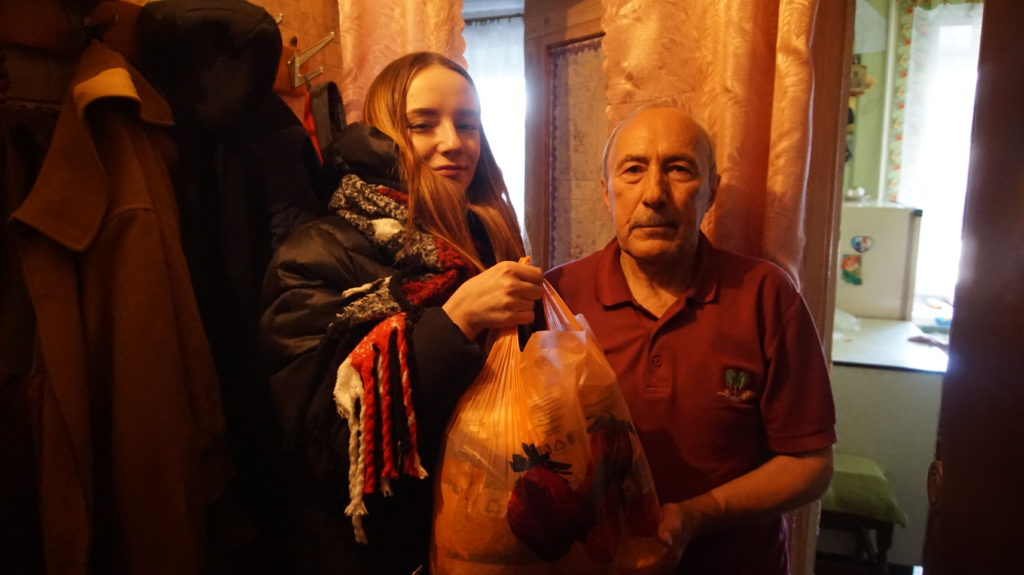 Активисты проекта «Волонтер» передали жителям Луганска продуктовые наборы 6