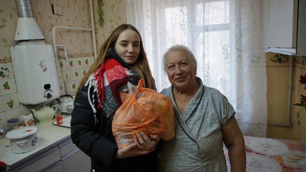 Активисты проекта «Волонтер» передали жителям Луганска продуктовые наборы 7