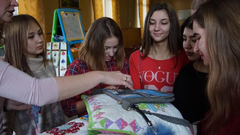 В Луганском Дворце культуры прошло занятие по лоскутному шитью 5