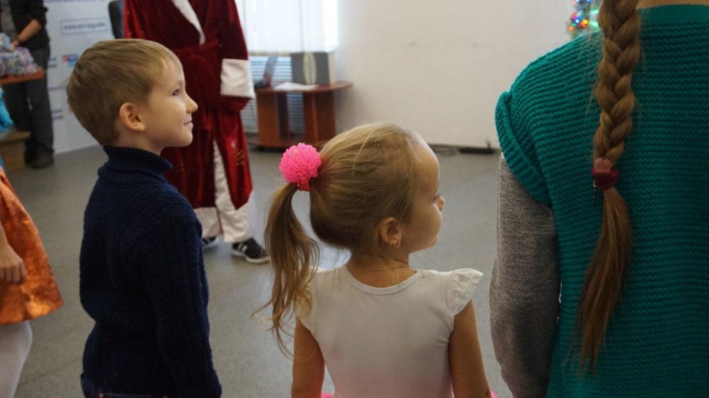 Активисты проекта «Волонтёр» вручили новогодние подарки детям в Луганске 2