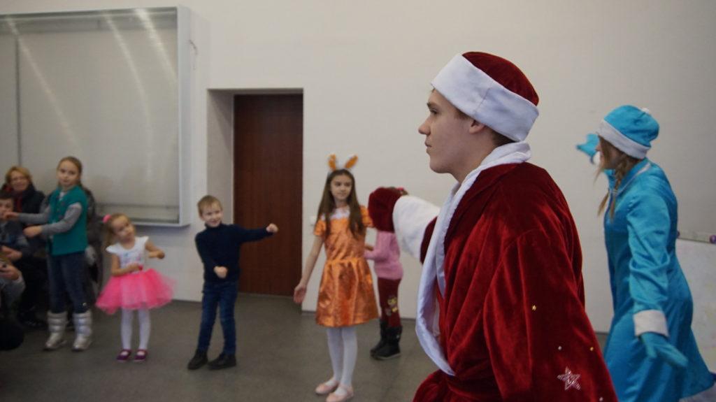 Активисты проекта «Волонтёр» вручили новогодние подарки детям в Луганске 3