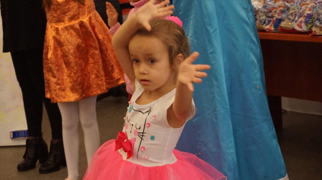 Активисты проекта «Волонтёр» вручили новогодние подарки детям в Луганске 9