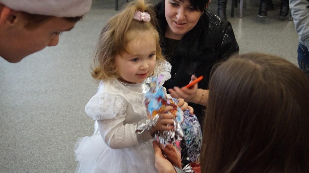 Активисты проекта «Волонтёр» вручили новогодние подарки детям в Луганске 10