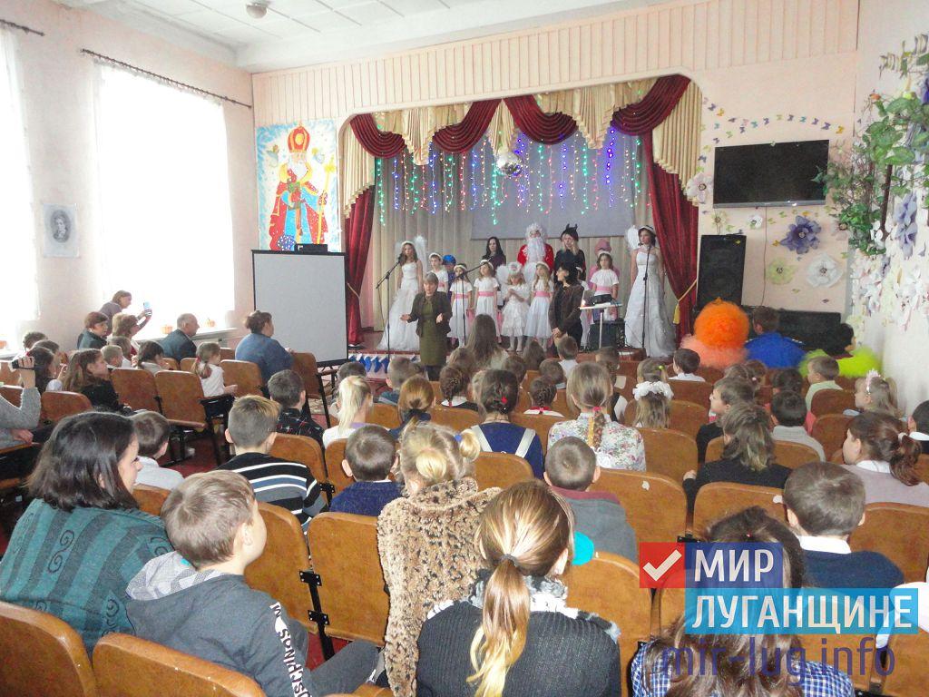 Активисты ОД «Мир Луганщине» поздравили с праздником воспитанников стахановской школы-интерната 2