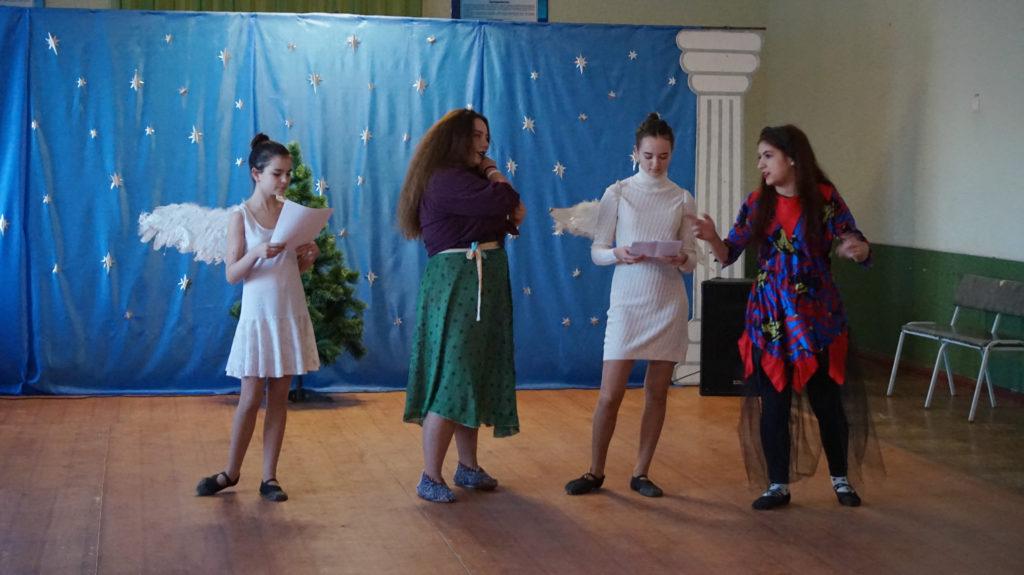 Активисты проекта «Молодая гвардия» провели праздник «В гостях у Святого Николая» для детей в Суходольске 3