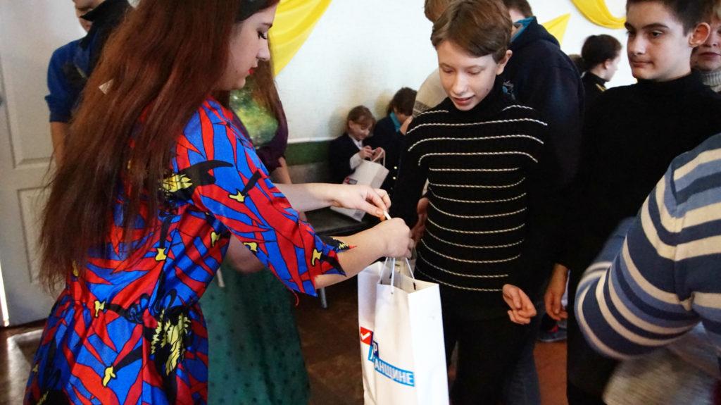 Активисты проекта «Молодая гвардия» провели праздник «В гостях у Святого Николая» для детей в Суходольске 6