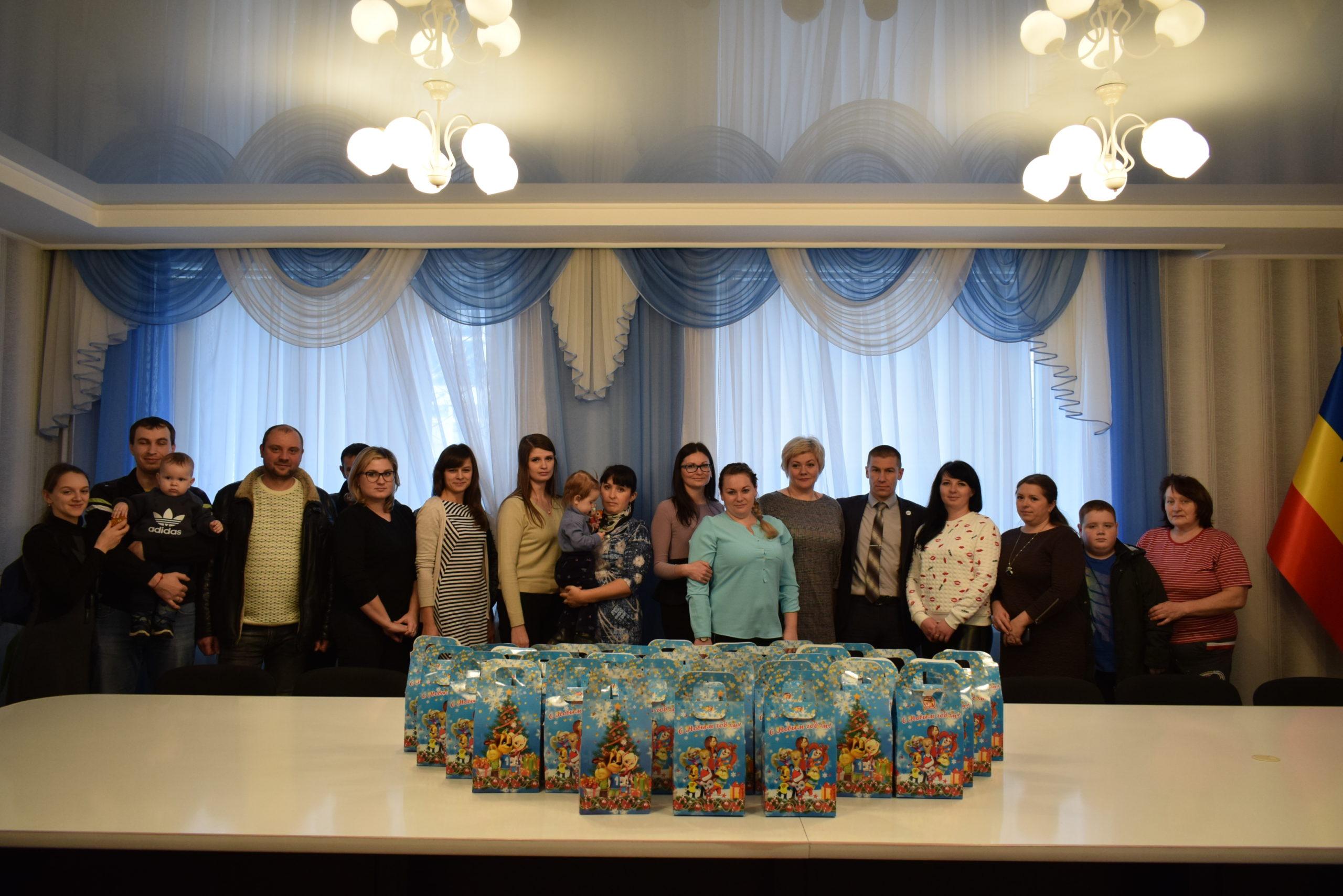 Активисты проекта «Волонтер» вручили сладкие подарки детям Первомайска