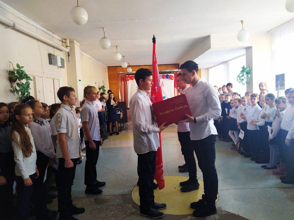 В Молодогвардейской школе состоялась передача копии Знамени Победы 4