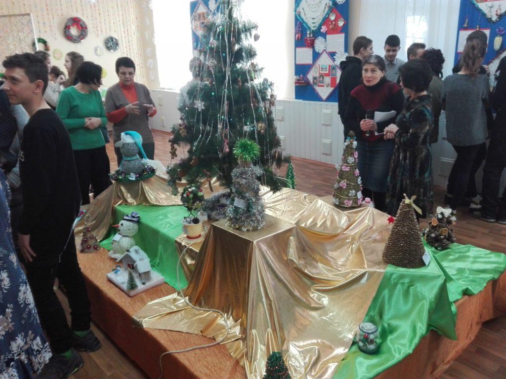 В Ровеньковском музее состоялось открытие выставки новогодних игрушек 1