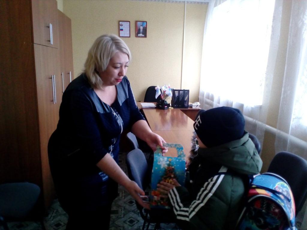 Дети Красного Луча получили новогодние подарки от проекта «Волонтер» 4