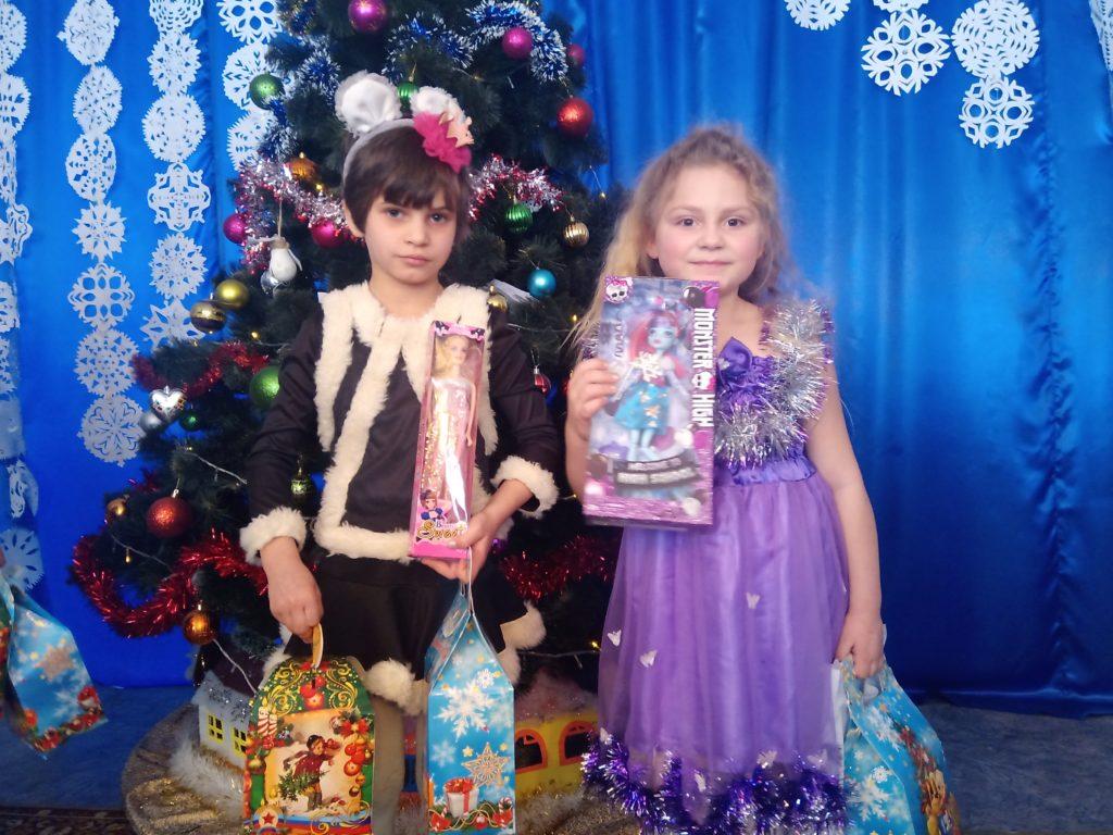 Дети из Центра социально-психологической реабилитации Стаханова получили новогодние подарки от проекта «Волонтер» 5