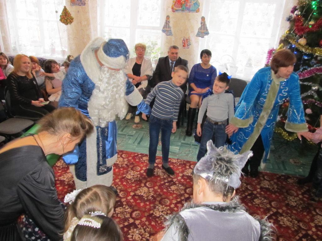 Дети Красного Луча получили новогодние подарки от проекта «Волонтер» 1