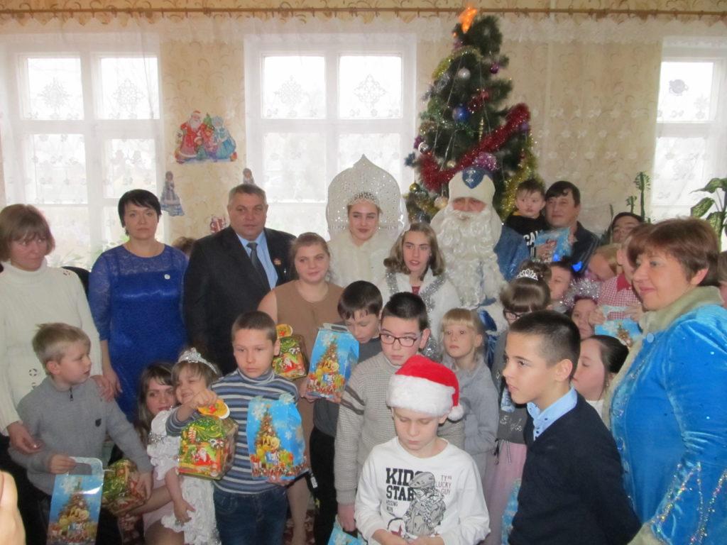 Дети Красного Луча получили новогодние подарки от проекта «Волонтер» 3
