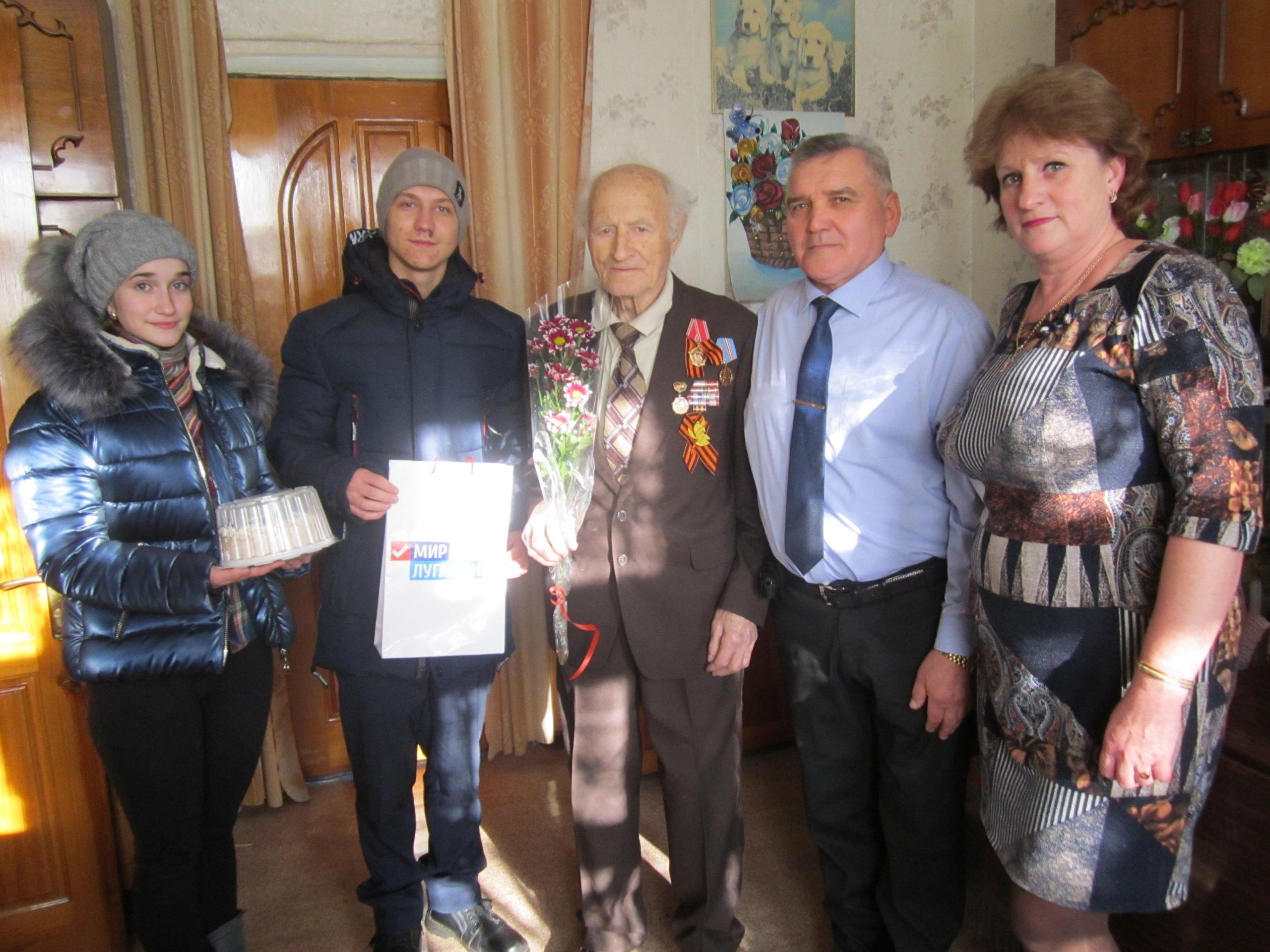 Антрацитовские активисты проекта «Забота о ветеранах» поздравили ветерана в поселке Каменный