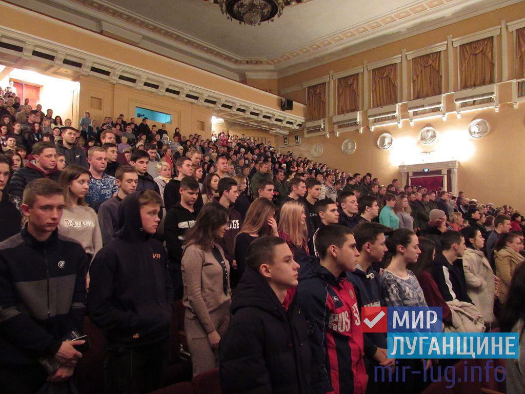 Более 600 жителей Стаханова посетили показ фильма «Ополченочка»