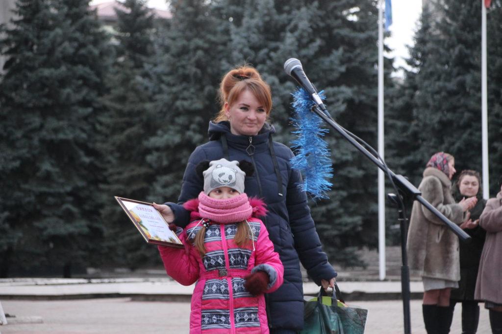 Торжественное открытие городской новогодней елки состоялось в Антраците 1