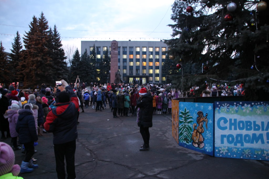 Торжественное открытие городской новогодней елки состоялось в Антраците 2