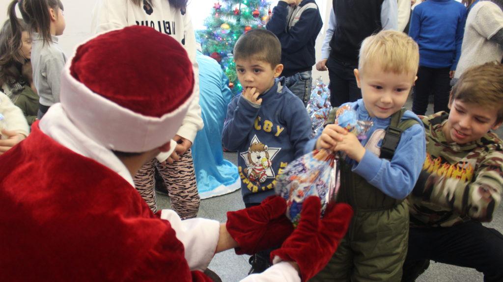 Активисты проекта «Волонтёр» вручили сладкие подарки детям в Луганске 3