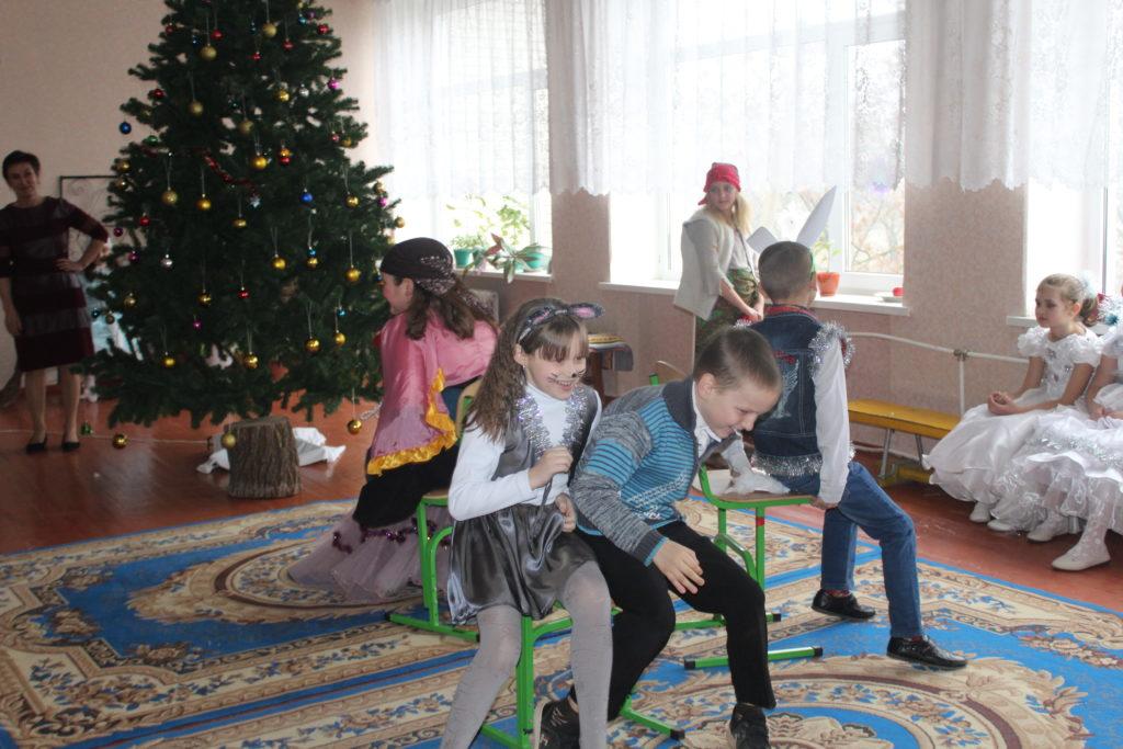 Маленькие жители села Смелое Славяносербского района получили новогодние подарки от проекта «Волонтер» 4