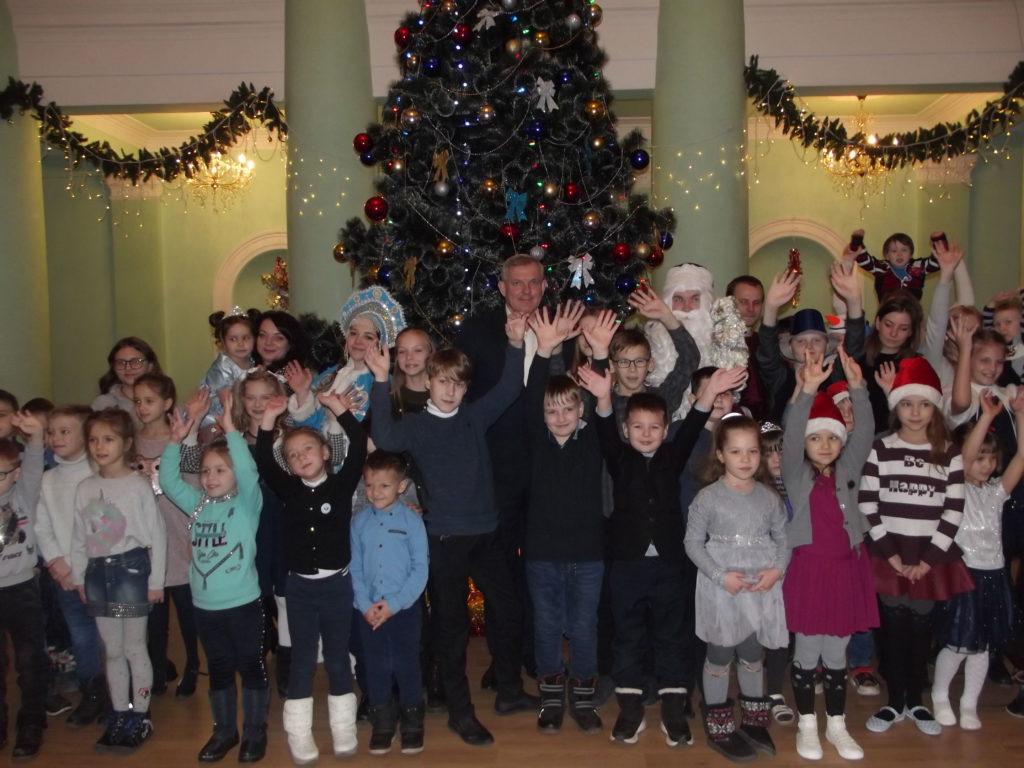 В Краснодоне детям вручили сладкие подарки от проекта «Волонтер» 3