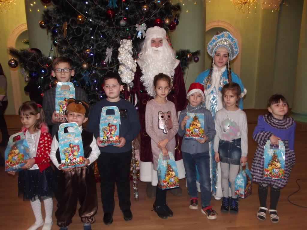 В Краснодоне детям вручили сладкие подарки от проекта «Волонтер» 4