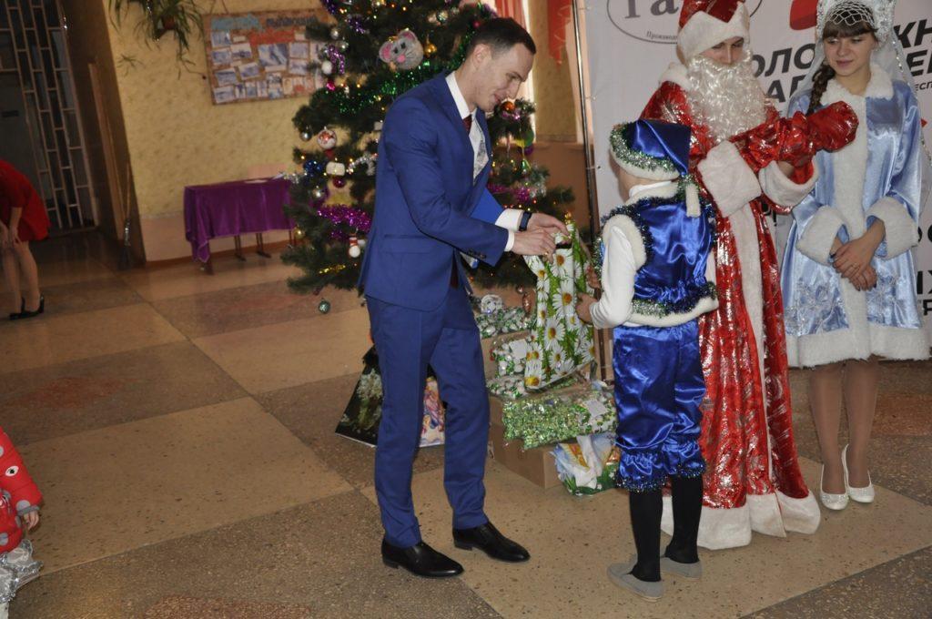 В селе Червоный Прапор Перевальского района состоялось вручение канцелярских наборов детям 5