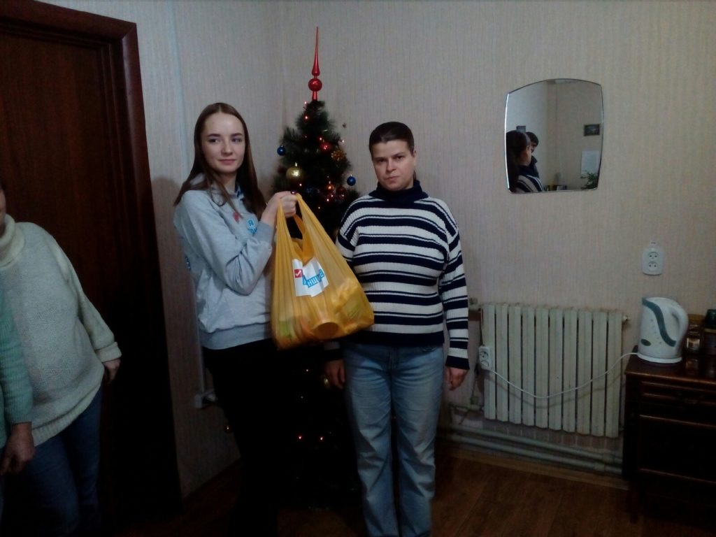 В Лутугино работникам сферы ЖКХ выдали продуктовые наборы от проекта «Волонтёр» 1