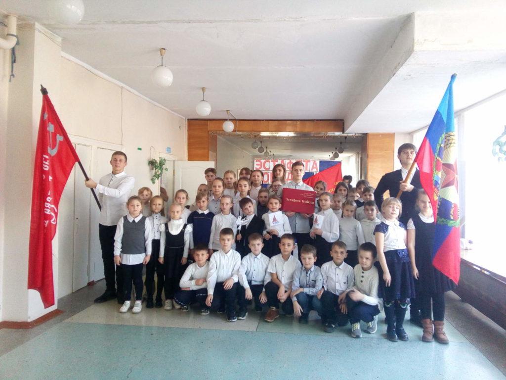 В Молодогвардейской школе состоялась передача копии Знамени Победы 2